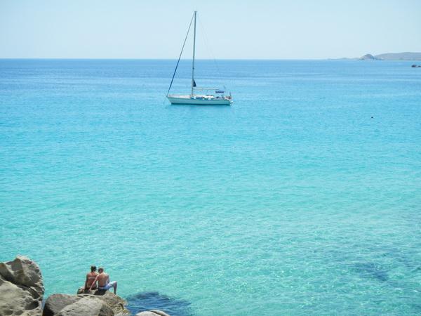 honeymoon-sailing-lovers-beach
